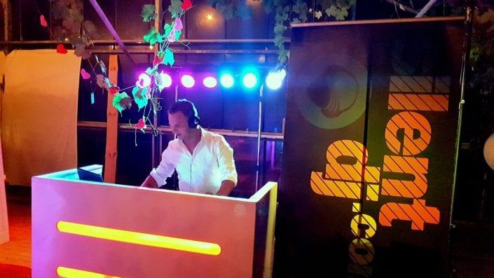 Nette basic DJ Booth wit gelakt led