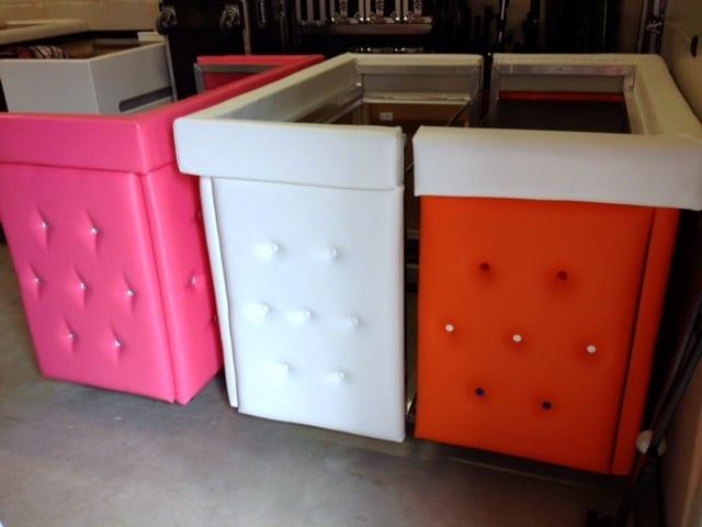 DJ booth meubel gecapitonneerd leer kleuren roze oranje wit