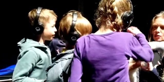 Boekids silent disco DJ en luisteren naar schrijvers in het Paard Den Haag