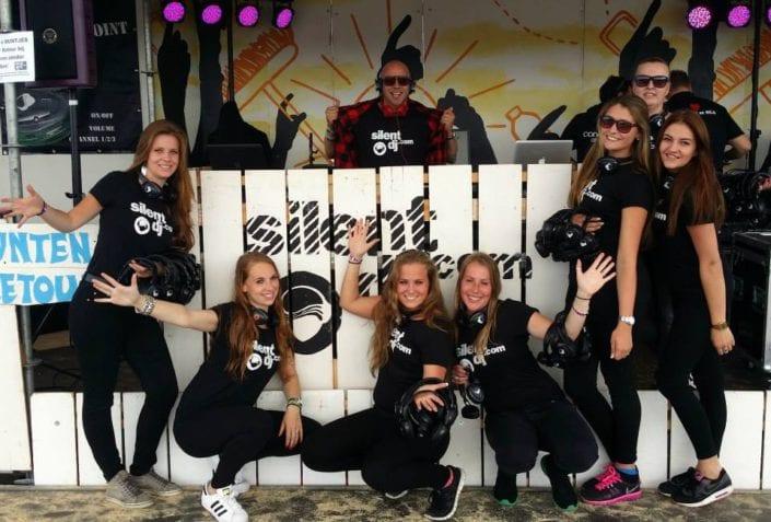 silent disco DJ houten pallet steiger Concert at Sea