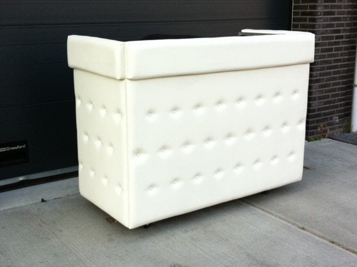 wit gecapitonneerde DJ booth (white padded)
